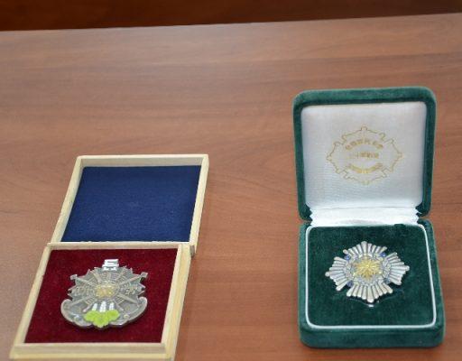 Таможенники передали в Музей имени Арсеньева конфискованные нагрудные знаки пожарной ассоциации Японии