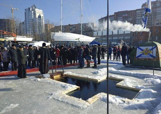 Более тысячи моряков Тихоокеанского флота окунулись в Крещенскую купель во Владивостоке