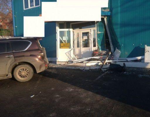 Во Владивостоке внедорожник врезался в магазин. Пострадал ребёнок