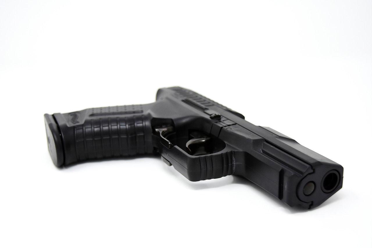 Житель Владивостока тяжело ранил из пистолета вооружённого ножом мужчину