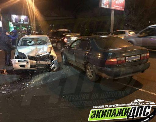 Лихач на Toyota Probox снёс бордюр, столб и врезался в другую машину во Владивостоке