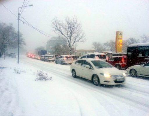 Владивосток сковали пробки на фоне снегопада
