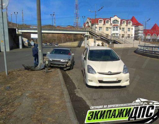 Уходя от столкновения, автомобиль во Владивостоке врезался в столб