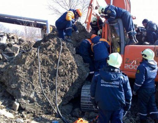 Во Владивостоке на экскаватор с машинистом обрушилась бетонная глыба