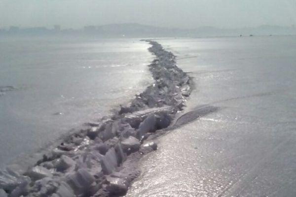 В Амурском заливе образовались трещины льда
