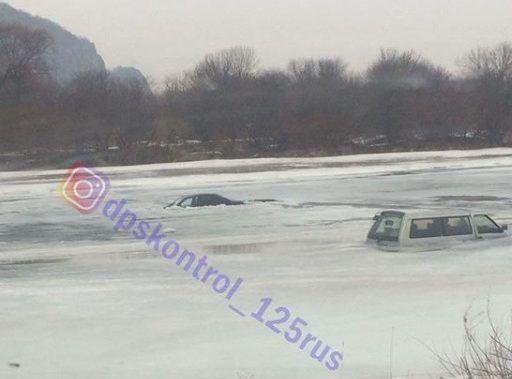 В Приморье сразу два автомобиля ушли под лёд