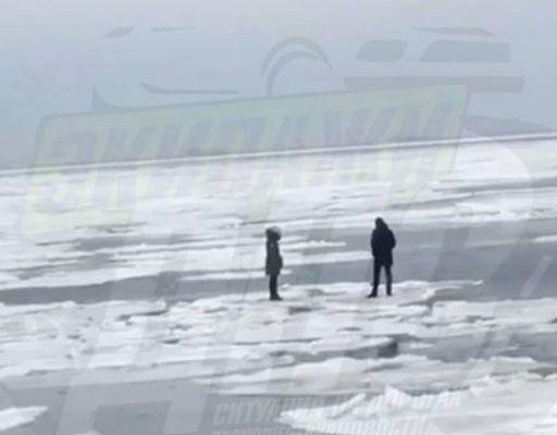 На острове Русский парня с девушкой унесло на льдине