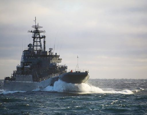 Большой десантный корабль Тихоокеанского флота «Ослябя» провёл артиллерийские стрельбы в Японском море