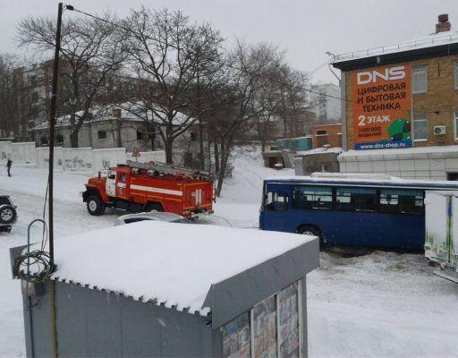 Пожарный «Урал» пришёл на помощь застрявшему автобусу во Владивостоке