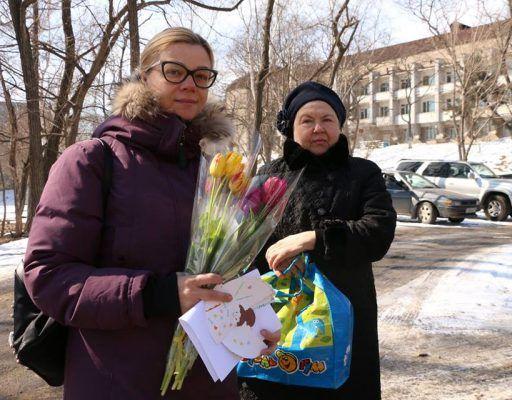 Волонтёры Фонда помощи хосписам Приморского края подарили женщинам весенние цветы