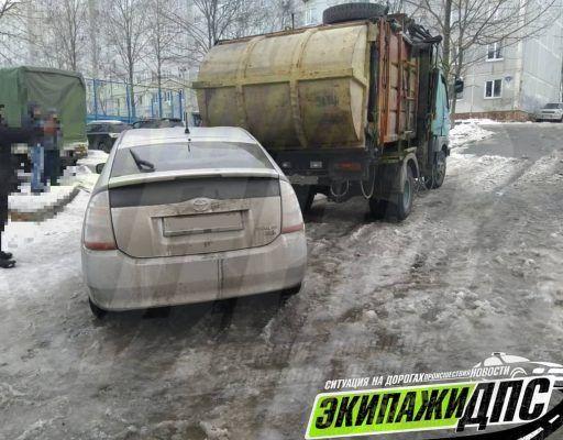 В необычное ДТП угодил мусоровоз во Владивостоке