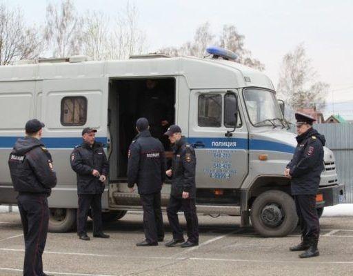 Во Владивостоке мужчина напал на водителя автозака, в котором перевозили арестованного