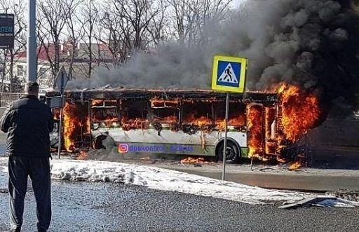 Во Владивостоке полыхал пассажирский автобус