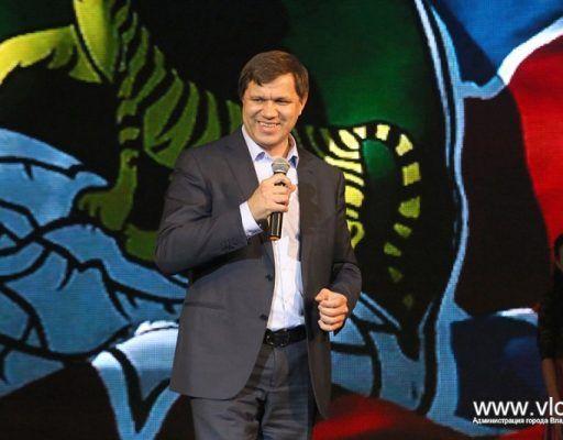 Глава Владивостока спел гимн города вместе со школьниками