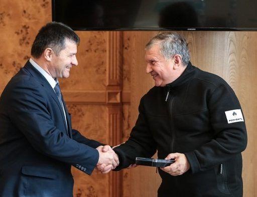 Андрей Тарасенко вручил награду главе «Роснефти» Игорю Сечину за заслуги перед Приморьем
