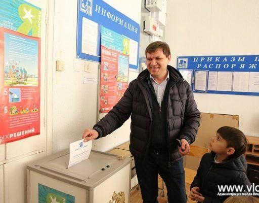 Глава Владивостока Виталий Веркеенко проголосовал в гимназии №1