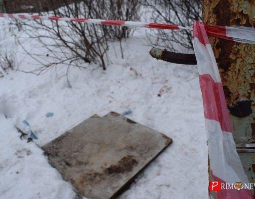 Лишь доской накрыли люк, провалившись в который, погибла жительница Владивостока