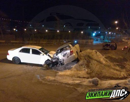 Сразу три автомобиля столкнулись на скользкой дороге во Владивостоке