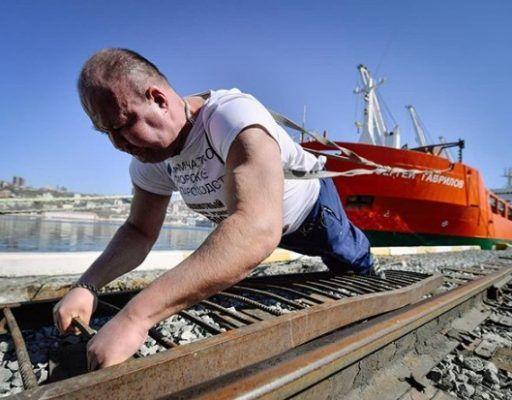 Приморский силач протащил на себе контейнеровоз и попал в Книгу рекордов Гиннесса