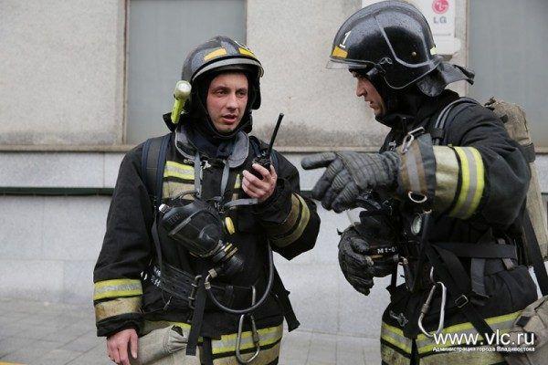 Во Владивостоке спасли людей при пожаре в многоквартирном доме