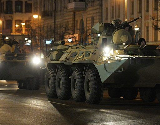 Во Владивостоке прошла первая ночная тренировка механизированной части парада ко Дню Победы