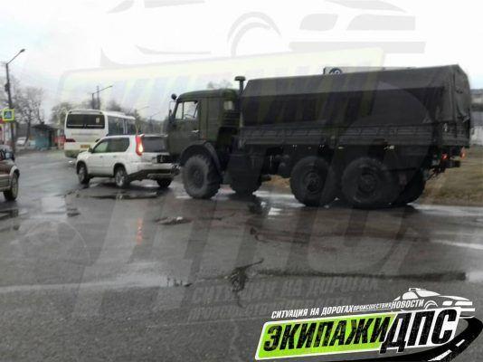 В Приморье армейский грузовик протаранил легковушку