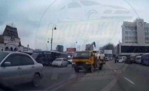 Во Владивостоке на глазах у инспекторов ДПС водитель эвакуатора грубо нарушил правила дорожного движения