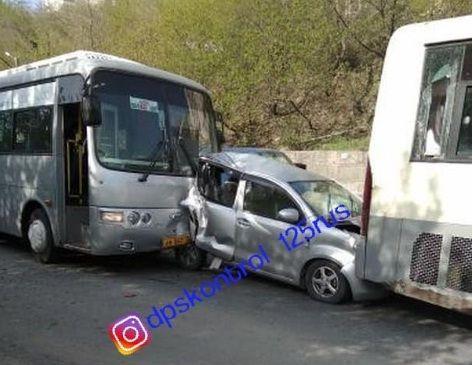Массовое ДТП в Приморье: легковушку зажало между двумя автобусами