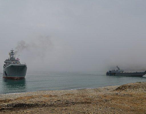 Во Владивостоке морпехов высаживали на берег с помощью десантных катеров