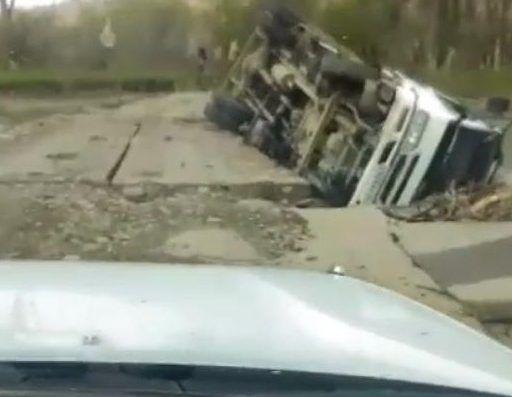 В Приморье грузовик рухнул с моста через реку
