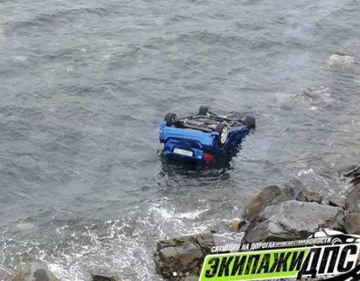 Во Владивостоке иномарка скатилась с обрыва в море и перевернулась