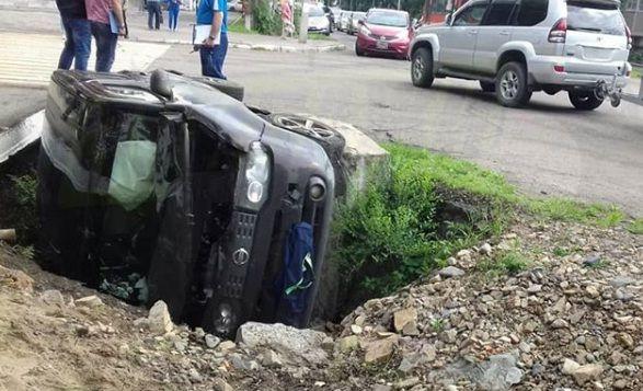 ДТП в Уссурийске: иномарка завалилась в канаву