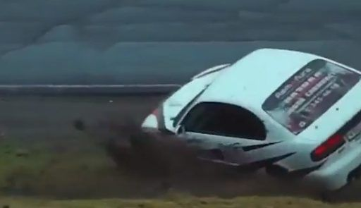 Головокружительный переворот спортивного автомобиля во Владивостоке засняли на видео