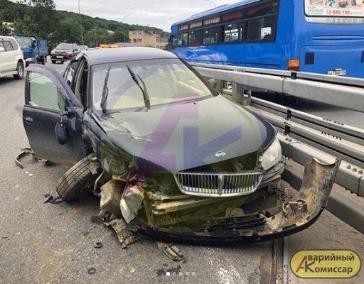 Иномарка превратилась в металлолом, врезавшись в грузовик во Владивостоке