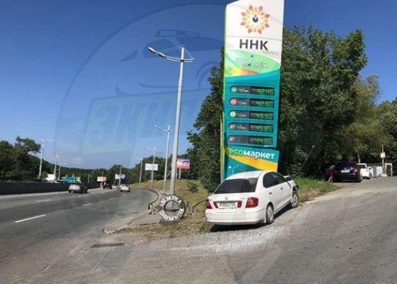 Автомобиль протаранил ценовое табло АЗС во Владивостоке