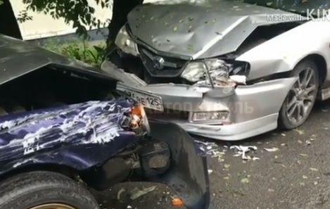 Во Владивостоке Subaru «влетел» в припаркованную машину