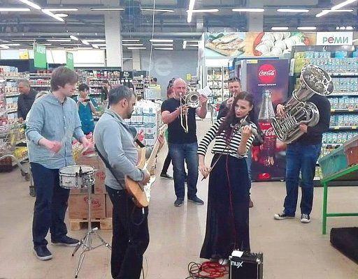 Музыканты удивили приморцев, сыграв «Владивосток 2000» прямо в супермаркете