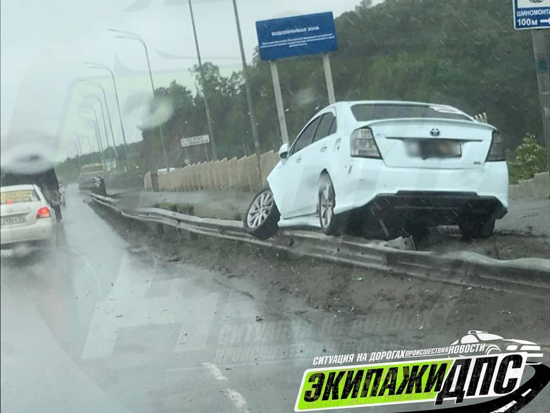 Во Владивостоке иномарка Toyota Sai очутилась на леерах