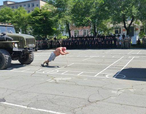 Приморец Иван Савкин протащил на себе два грузовика массой 64 тонны