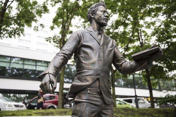Памятник Антону Чехову торжественно открыли во Владивостоке