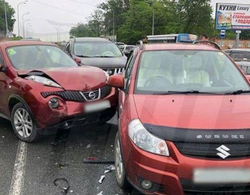 Неуправляемый грузовик протаранил во Владивостоке пять машин