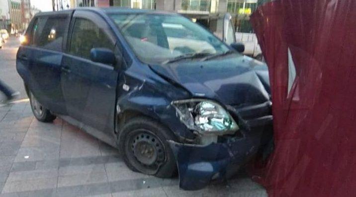 Во Владивостоке автомобиль после ДТП протаранил историческое здание