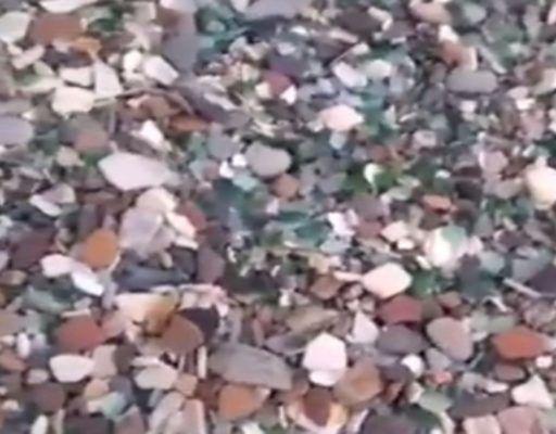 Приморцы возмущены: иностранные туристы увозят стекло из бухты Стеклянная мешочками