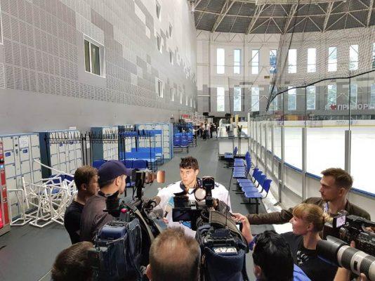 Хоккеисты «Адмирала» провели открытую тренировку для журналистов