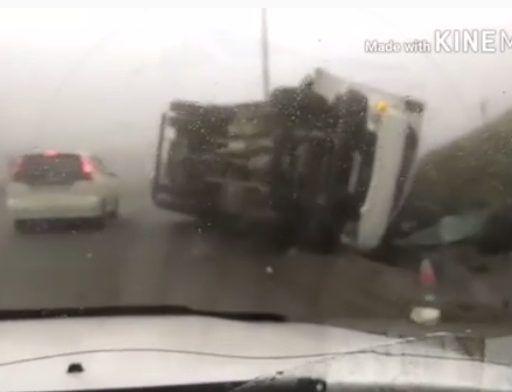 Огромный грузовик завалился набок во Владивостоке