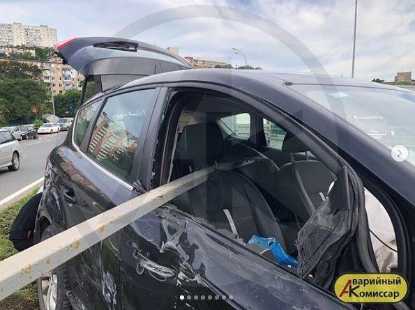 В результате столкновения с «Приусом» джип «влетел» в леера во Владивостоке