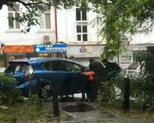 Во Владивостоке мужчины вручную оттащили мешающий проезду автомобиль