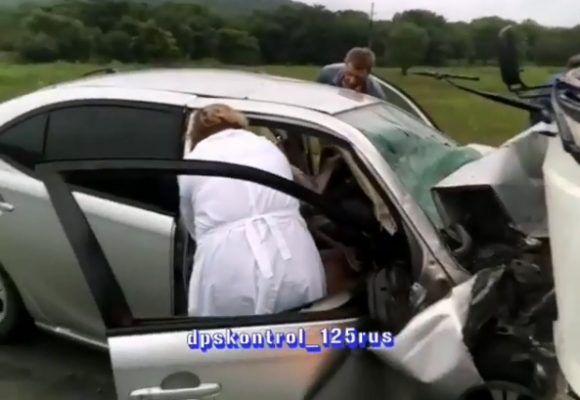 Жуткое лобовое ДТП в Приморье: легковушка врезалась в автобус