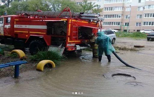 Пожарные откачивали воду со двора в Ханкайском районе Приморья