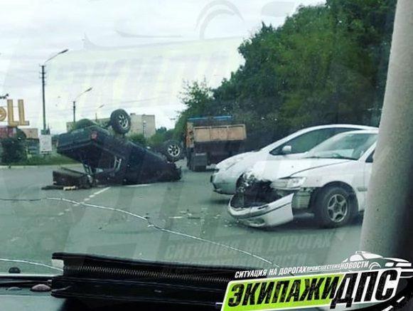 Во Владивостоке Toyota Mark ll «влетел» в Nissan Sunny. Два человека пострадали